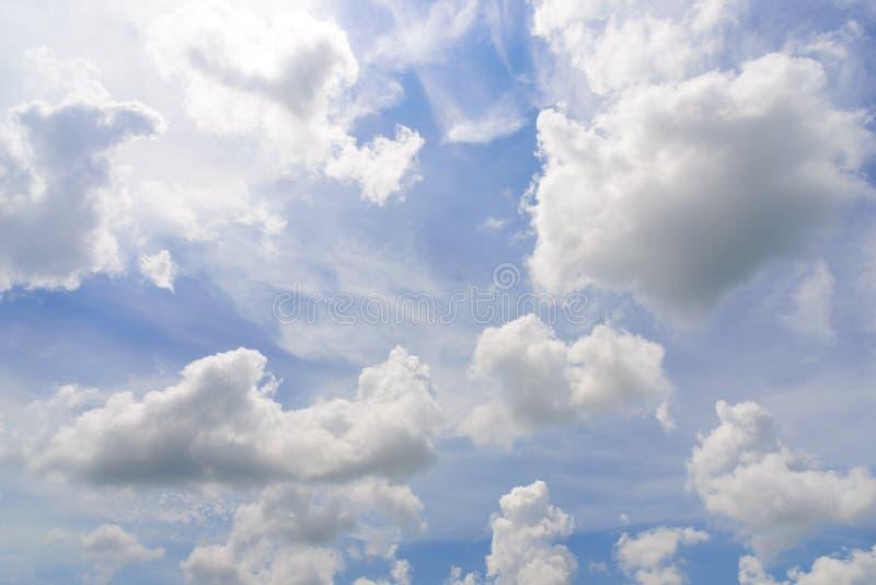 De aard van Blauwe hemel met wolk in de ochtend stock foto