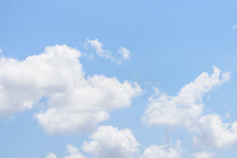 De aard van Blauwe hemel met wolk in de ochtend royalty-vrije stock foto's