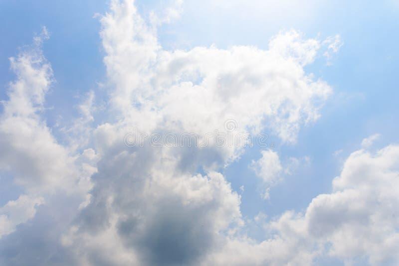 De aard van Blauwe hemel met wolk in de ochtend royalty-vrije stock fotografie