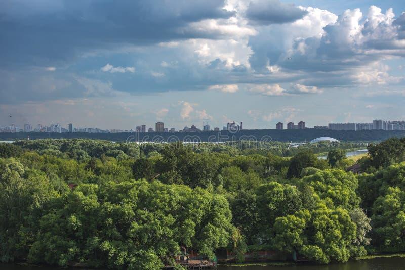De aard van Moskou, wolken, hemel stock afbeelding