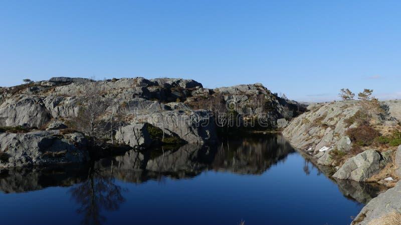 De aard van Noorwegen dichtbij door Preikestolen stock afbeeldingen