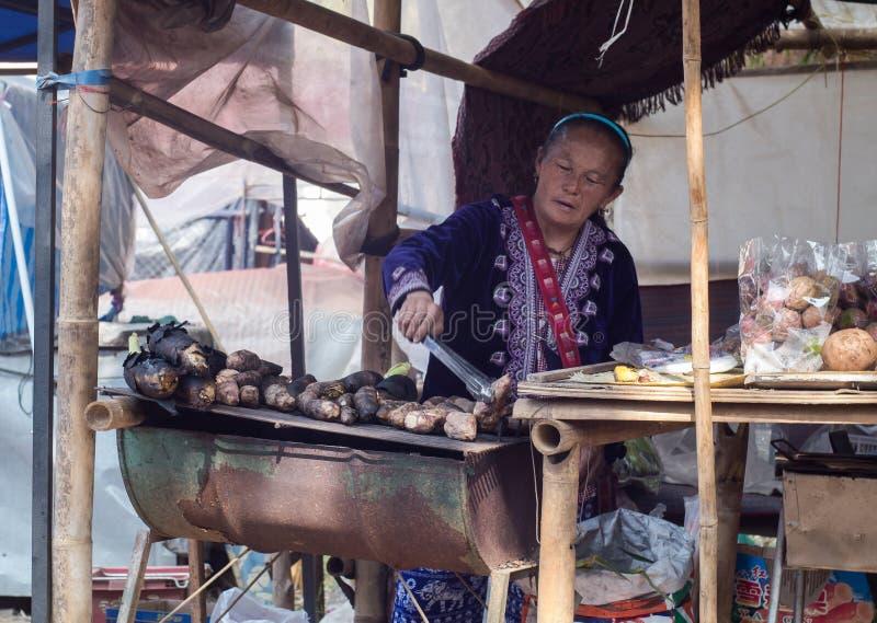 De aardappels van de de vrouwengrill van de heuvelstam stock afbeeldingen