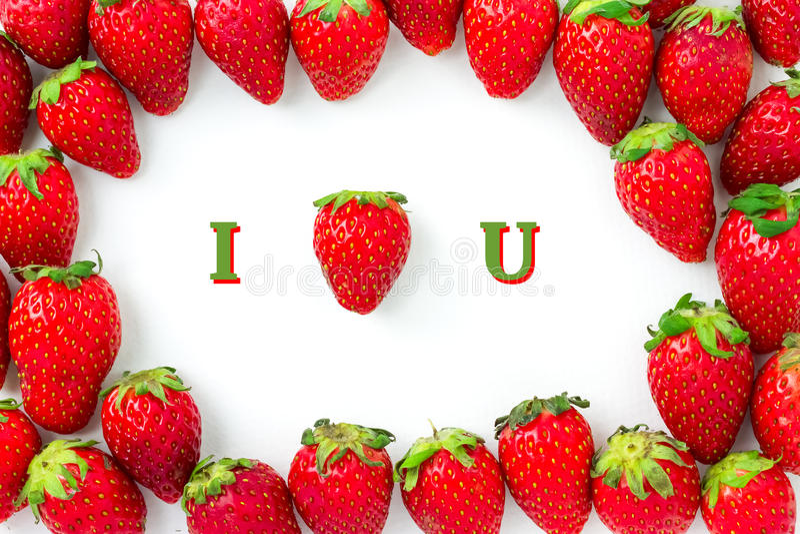 De aardbei kijkt als hartvorm, is het gemiddelde I-LIEFDE U De groep aardbeien wordt geschikt als kader met schaduw stock foto's