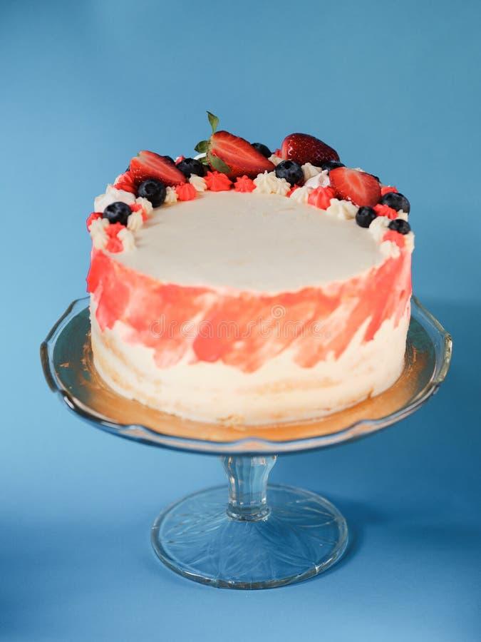 De aardbeicake, huis maakte gelaagd cakedessert stock foto's