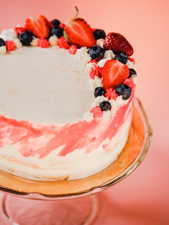 De aardbeicake, huis maakte gelaagd cakedessert stock fotografie