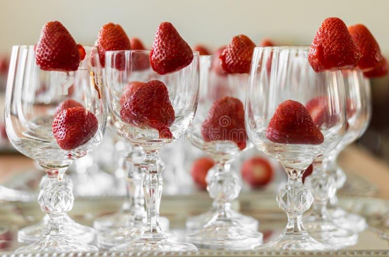 De aardbeien verfraaien elegante kristalglazen royalty-vrije stock afbeeldingen