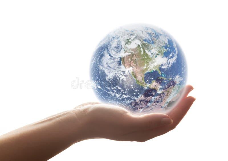 De aarde glanst in de hand van de vrouw Concepten van sparen de wereld, het milieu enz. royalty-vrije stock afbeelding