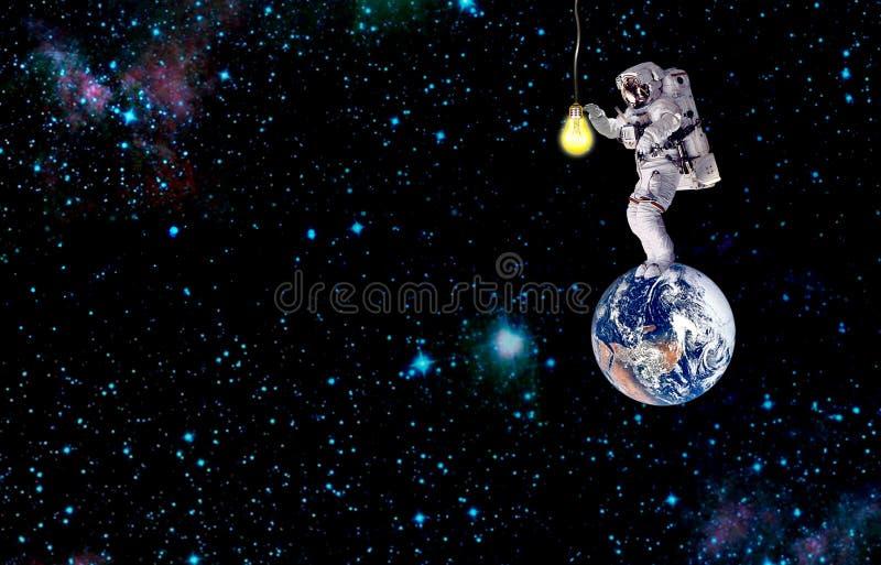 De aarde van de astronautenverlichting in melkweg opdracht in kosmische ruimte royalty-vrije stock fotografie
