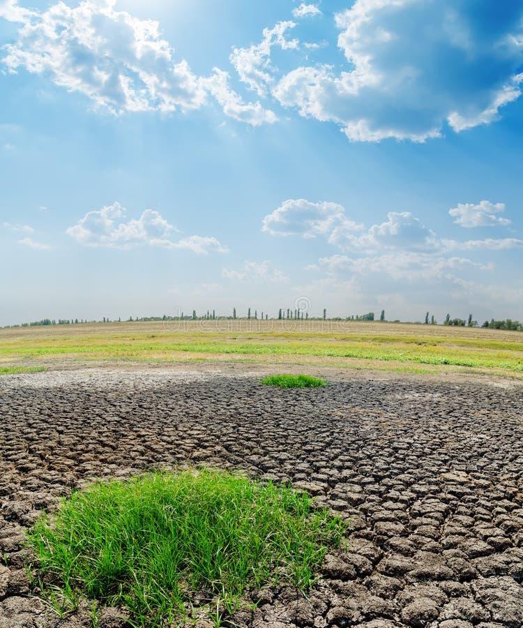 De aarde van de droogte onder bewolkte hemel royalty-vrije stock afbeeldingen