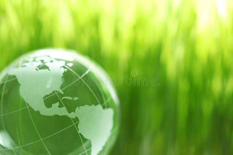 De aarde van het glas in gras royalty-vrije stock afbeelding