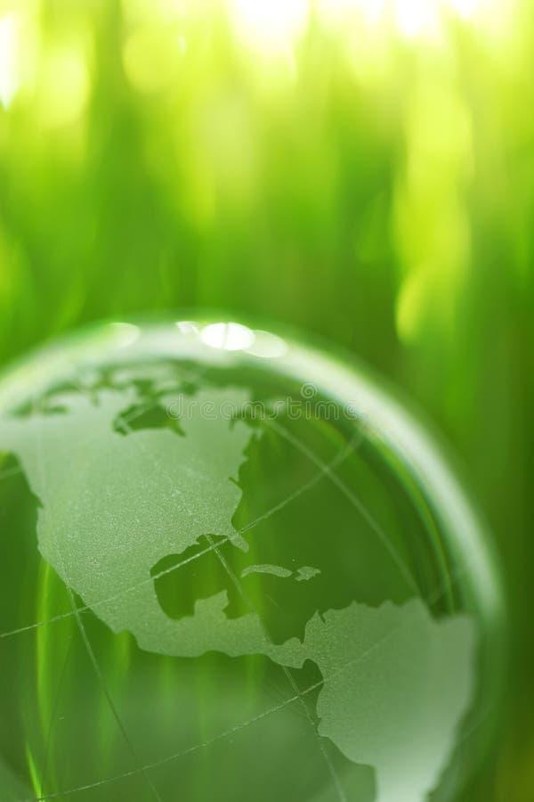 De aarde van het glas in gras royalty-vrije stock fotografie