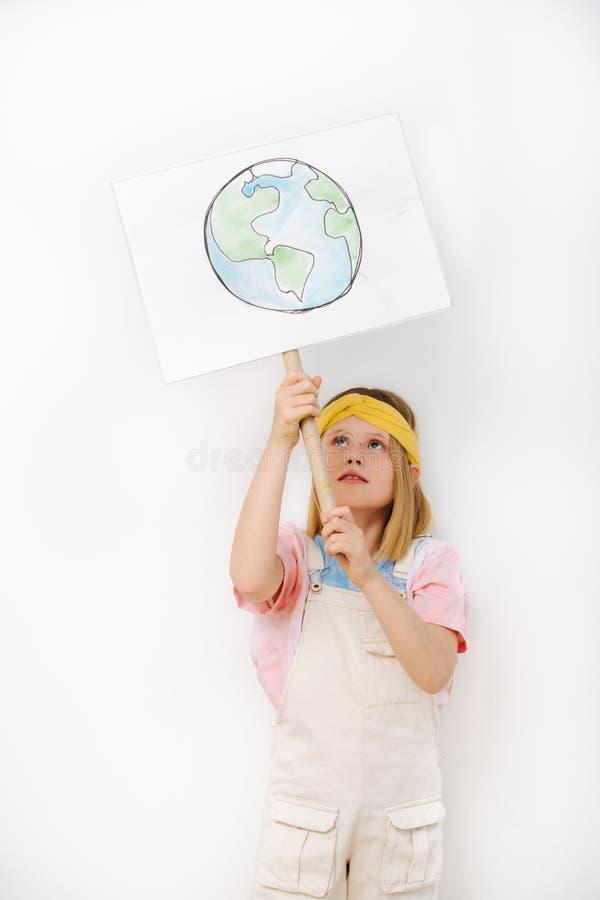 De aardeteken van de meisjeholding in protest tegen afvalcrisis royalty-vrije stock afbeeldingen