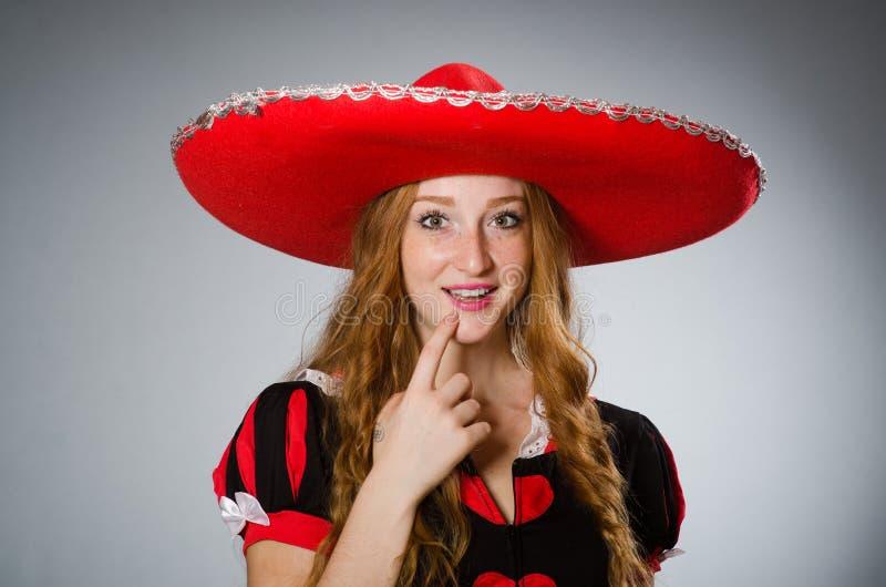 De aardige vrouw die rode sombrerohoed dragen royalty-vrije stock afbeelding