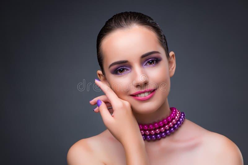 De aardige vrouw met parelhalsband stock fotografie