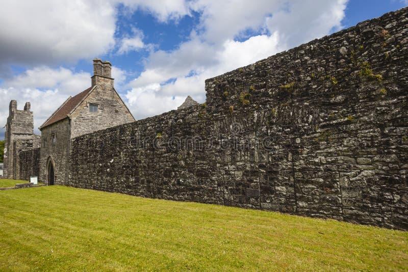 De Abdij van Boyle buiten Muur Ierland stock afbeeldingen