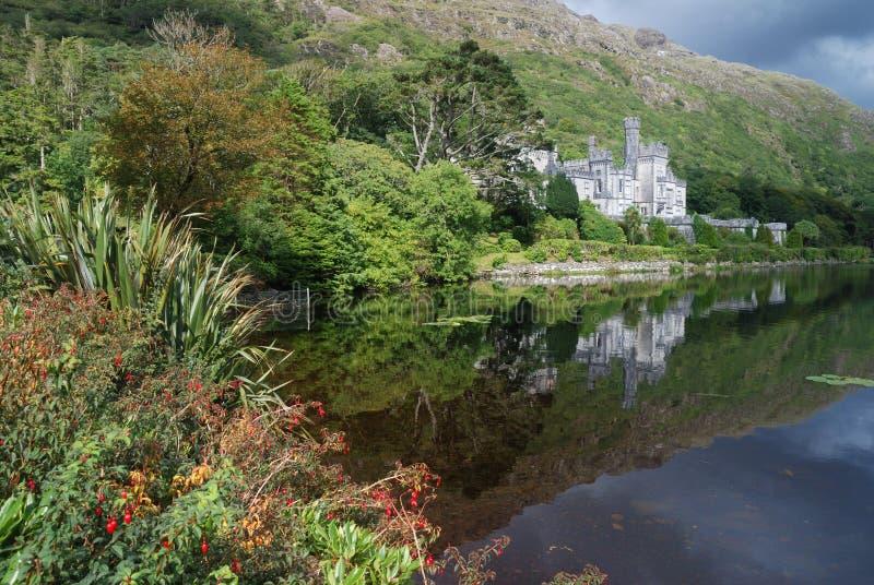 De abdij van Kylemore in groene aard royalty-vrije stock fotografie