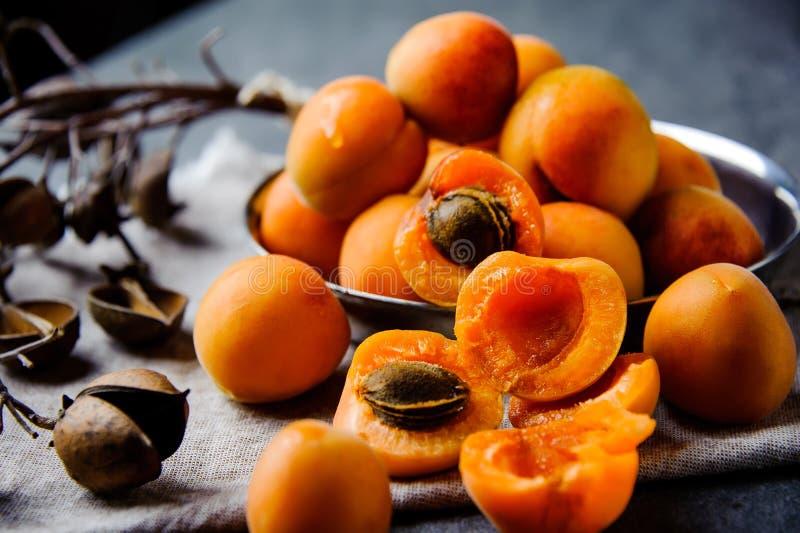 De abrikozen in een pial metaal worden gestapeld stock foto's