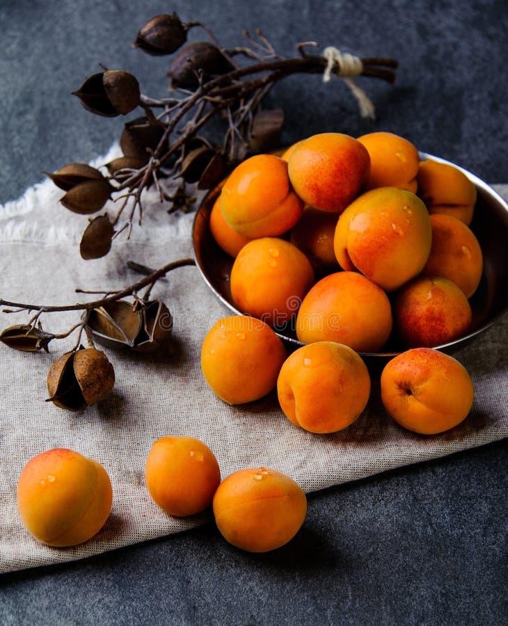 De abrikozen in een pial metaal worden gestapeld stock afbeeldingen