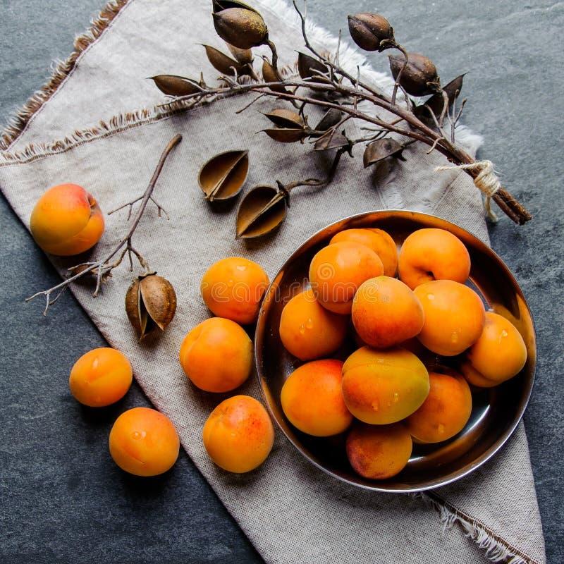 De abrikozen in een pial metaal worden gestapeld stock afbeelding