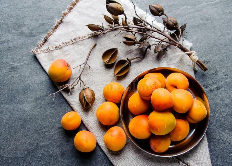 De abrikozen in een pial metaal worden gestapeld royalty-vrije stock afbeeldingen