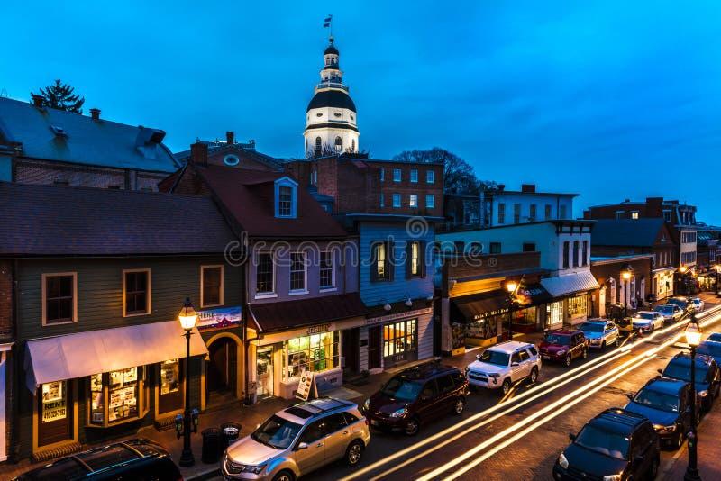 9 de abril de 2018 - ANNAPOLIS MARYLAND - Capitólio do estado de Maryland é visto no crepúsculo acima de Main Street Casa, marco fotografia de stock royalty free