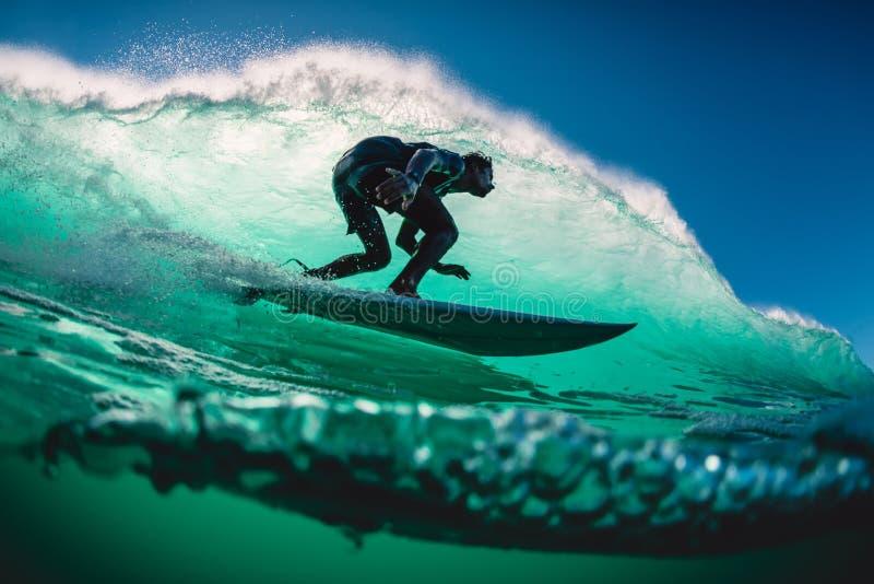 18 de abril de 2019 Bali, Indonesia Paseo de la persona que practica surf en onda del barril El practicar surf profesional en las fotos de archivo