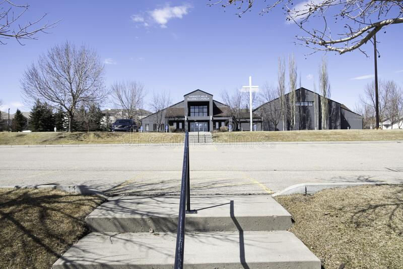20 de abril de 2020 - Calgary , Alberta Canada - Harvest Hills Alliance Church imagens de stock
