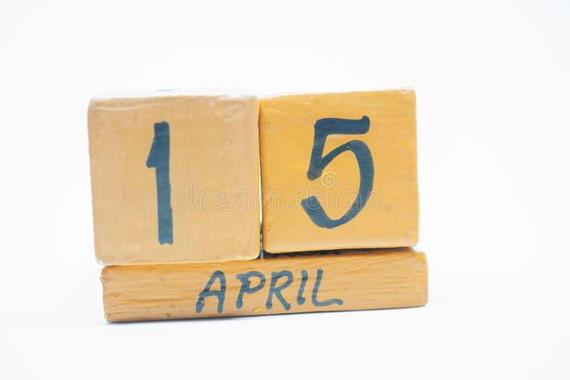 15 de abril Día 15 de mes, calendario de madera hecho a mano aislado en el fondo blanco mes de la primavera, día del concepto del foto de archivo libre de regalías