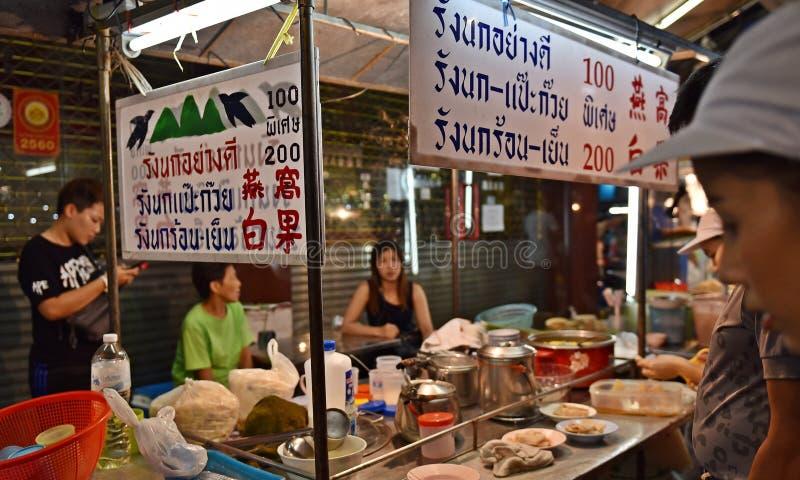 15 de abril de 2017: Mercado para el vendedor en el camino de Chinatown, la calle principal de la noche de Yaowarat en Chinatown, fotografía de archivo