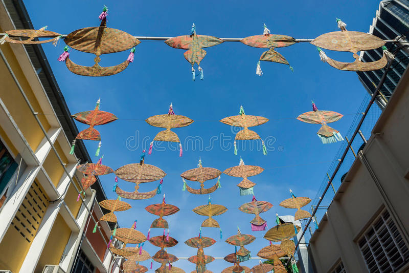 19 de abril de 2016 - Petaling Jaya, Malasia: Los paraguas hermosos y coloridos colgaron el centro de edificios de Petaling Jaya imagen de archivo libre de regalías