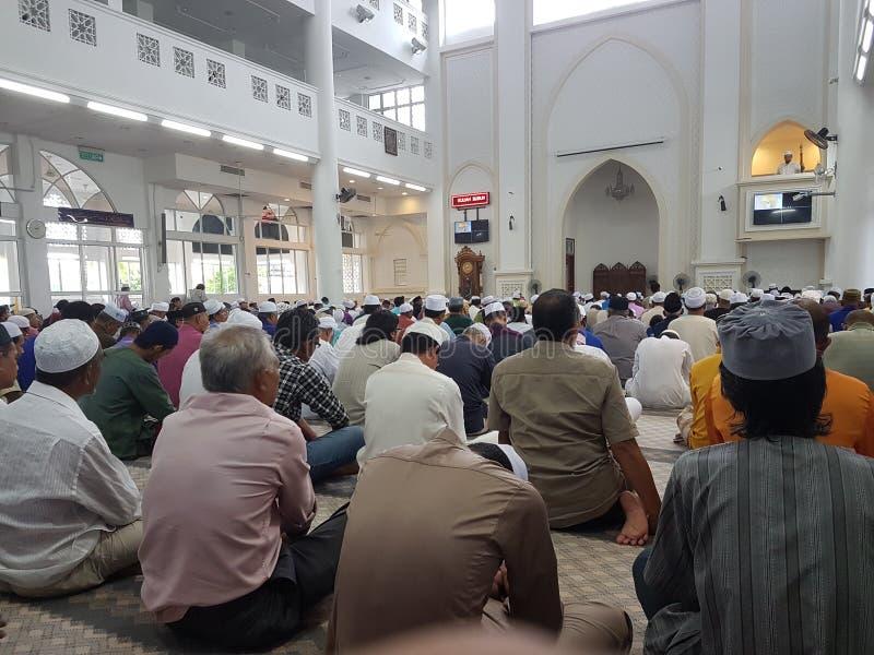 8 de abril de 2017, Seremban, Malásia Muçulmanos em uma mesquita para a oração de sexta-feira fotos de stock