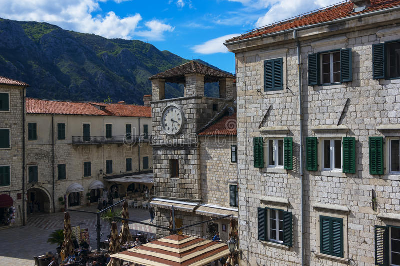 20 de abril de 2017 Torre de reloj en el cuadrado del arsenal en el Kotor, Montenegro imagen de archivo libre de regalías