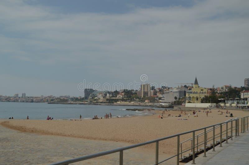 15 de abril de 2014 Estoril, Cascais, Sintra, Lisboa, Portugal Bañistas en la playa de Poca en la costa de Estoril Viaje, natural imágenes de archivo libres de regalías
