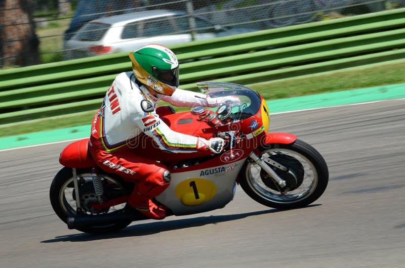 21 de abril de 2018: Giacomo Agostini no milivolt Agusta durante o festival 2018 da legenda do motor em Imola Circuit imagem de stock royalty free