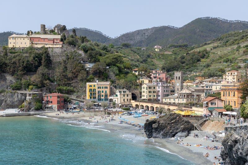 22 DE ABRIL: Ideia do litoral em Monterosso Liguria Itália o 22 de abril de 2019 Povos n?o identificados imagem de stock