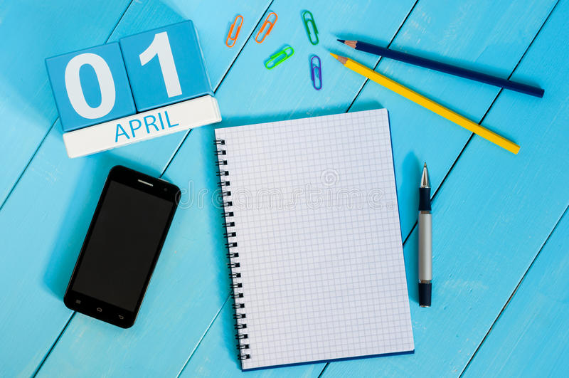 1º de abril imagem do calendário de madeira da cor do 1º de abril no fundo azul Espaço vazio para o texto Todo o dia do ` s do to fotos de stock royalty free