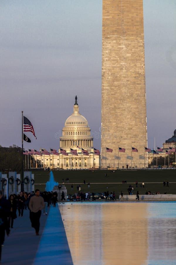 8 DE ABRIL DE 2018 WASHINGTON D C - Banderas de los E.E.U.U. con la opinión cosechada el capitolio y Washington Monument de los E imagen de archivo