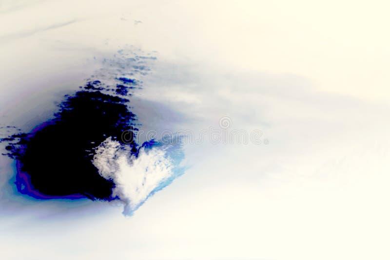De abstracte achtergrond met hart vormde witte wolk met gekleurde schaduw op de omgekeerde achtergrond van de kleurenhemel met ex stock foto