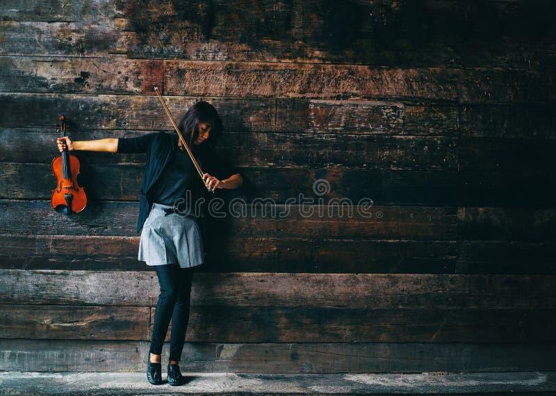 De abstracte achtergrond van het kunstontwerp van de dame in zwart kostuum is neer verhogingsboog tot juiste schouder, draaigezic stock foto's