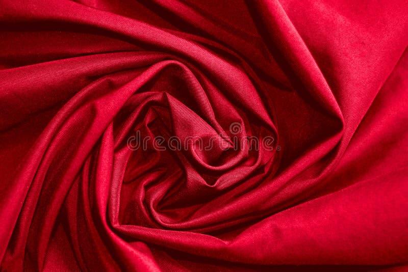 De abstracte achtergrondluxedoek of de cirkel bloeit golf of golvende vouwen van rode doektextuur royalty-vrije stock foto's