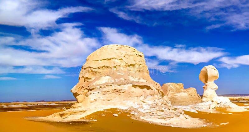 De abstracte beeldhouwwerken van de vormingenaka van de aardrots, Witte woestijn, de Sahara, Egypte stock foto
