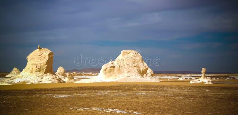 De abstracte beeldhouwwerken van de vormingenaka van de aardrots in Witte woestijn, de Sahara, Egypte stock afbeelding