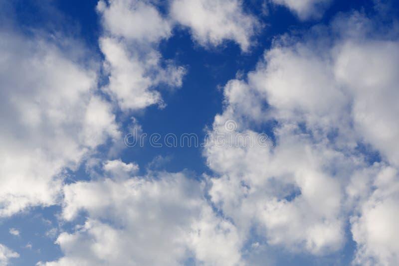 De abstracte daling van de achtergrondkleureninkt in water, motie het wervelen Blauwe wolk van verf op wit stock afbeeldingen