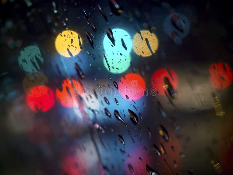 De abstracte Dalingen van de Beeldenregen op de Spiegel bij Nacht Neem Echte Nadruk Bokeh stock fotografie