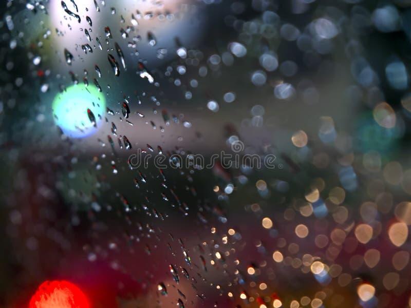 De abstracte Dalingen van de Beeldenregen op de Spiegel bij Nacht Neem Echte Nadruk Bokeh stock afbeeldingen