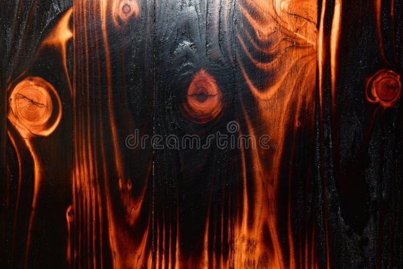 De abstracte donkere achtergrond van de patroon houten textuur - de brandwond van het Pijnboomhout stock afbeeldingen