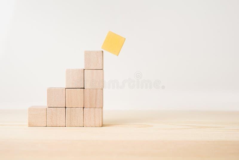 De abstracte geometrische echte houten kubuspiramide op witte vloerachtergrond en het niet 3D ` s geeft terug Het ` s het symbool royalty-vrije stock foto's