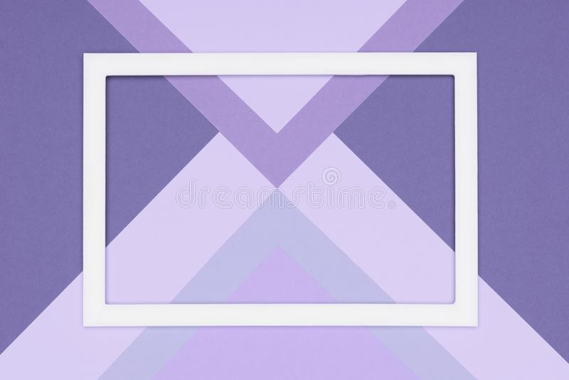 De abstracte geometrische pastelkleurpurple en ultraviolette document vlakte leggen achtergrond Minimalism, meetkunde en symmetri stock foto