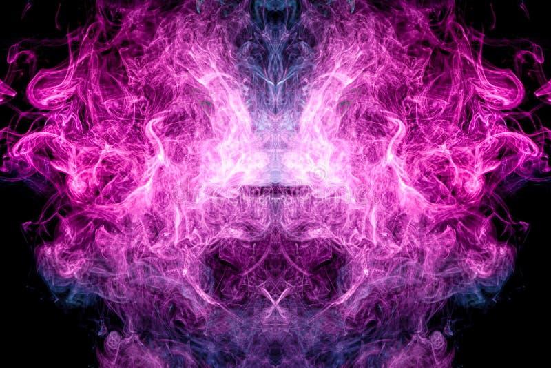 De abstracte kunst kleurde blauwe en roze rook op zwarte ge?soleerde achtergrond stock fotografie