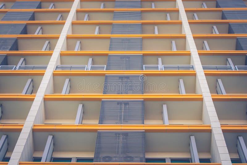 De abstracte mening van de hoekbodem van voorkant van woonarchitectuurgebouwen royalty-vrije stock foto's